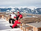 在背景中的老年夫妇滑雪山。卡普伦-麦斯 — 图库照片