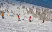 Groep van jonge skiërs — Stockfoto