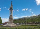 Park in der nähe von notre-dame de paris. statue der madonna mit dem kind — Stockfoto