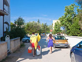 Vacationers go to the beach. Croatia — Stock Photo