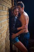 Adam kız arkadaşını evde duvara öpüşme — Stok fotoğraf