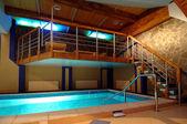 Modern otel rahat ve güzel havuzunda — Stok fotoğraf