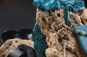 Sammansättning med en väska, sten och pärlor blå — Stockfoto