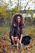 Mujer y un perro pequeño — Foto de Stock
