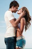 O cara segurando a namorada — Foto Stock