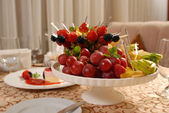 Tarta de frutas chocolate con una deliciosa crema — Foto de Stock