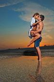Gün batımında sahilde couple — Stok fotoğraf