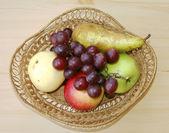 フルーツと編みかご — ストック写真