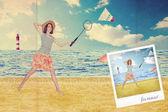 Mujer hermosa en la playa cerca del mar — Foto de Stock