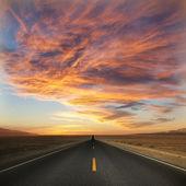 Günbatımı giden yol — Stok fotoğraf