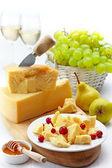 Ser parmezan i owoce — Zdjęcie stockowe