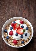 Kase müsli ve yoğurt taze çilek ile — Stok fotoğraf