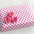 Gift box with pink decorative roses — Stock Photo