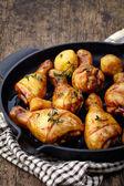 жареные куриные ножки и картофелем — Стоковое фото