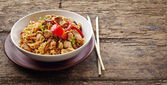 Bowl of noodles with chicken and vegetables — Stockfoto