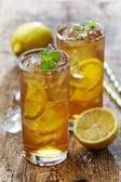 Two glasses of iced tea with lemon — Stock Photo