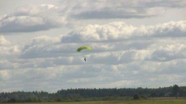 Parachutist landing — Stock Video