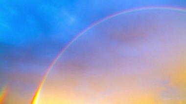 Arco iris en el cielo azul, time-lapse — Vídeo de Stock