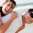 couple souriant sur la plage — Photo #1148588
