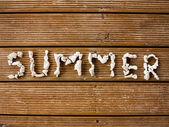 Letní text s vyrytým kameny — Stock fotografie