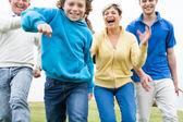 šťastná rodina hraje na trávníku — Stock fotografie