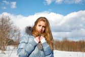 Girl in the solar winter afternoon in park — Stockfoto
