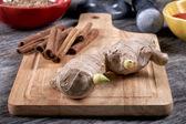 Nature morte avec du gingembre et de cannelle sur une vieille table de cuisine — Photo