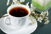 Blanco taza de té con flores de cereza — Foto de Stock