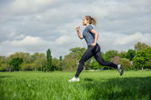 Jovem mulher correndo — Foto Stock
