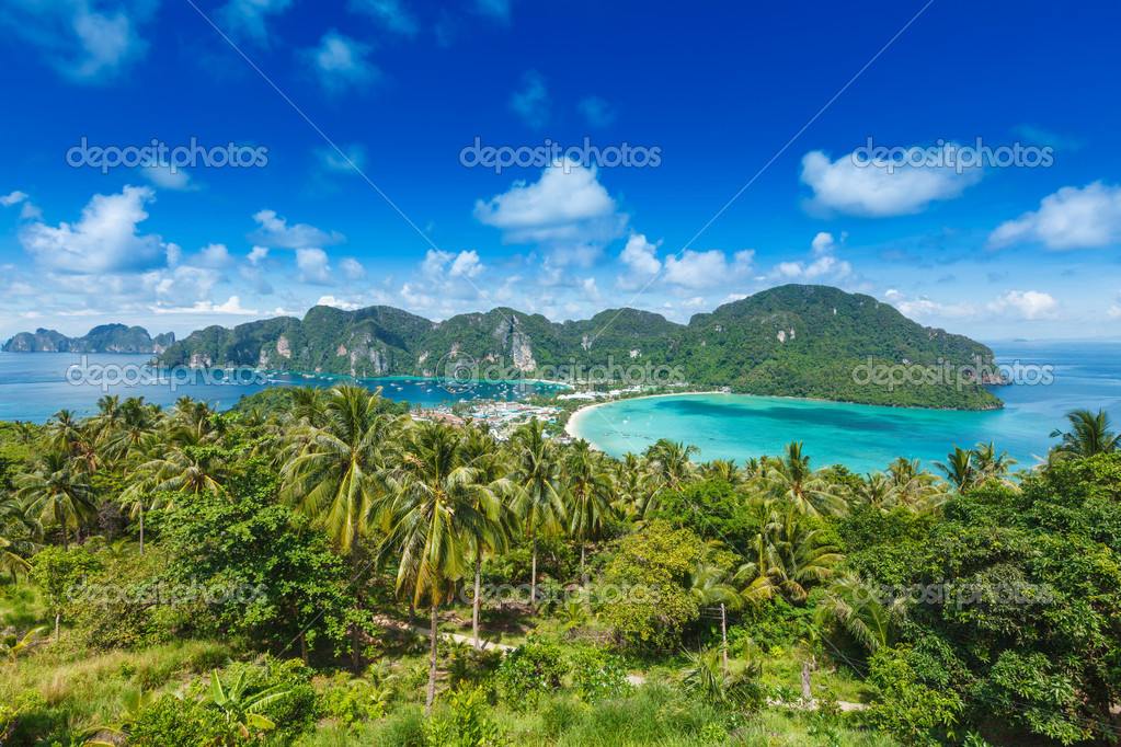 Tropical island with resorts - Phi-Phi island, Krabi Province, Thailand — Stock Photo #13336051