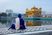 Unidentifiable Seekh Nihang warrior meditating at Sikh temple Ha — Stock Photo