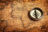 Alte vintage kompass auf antike karte — Stockfoto