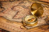 在古地图上的旧复古金色罗盘 — 图库照片