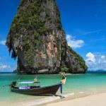 bote de cola larga en la playa, Tailandia — Foto de Stock