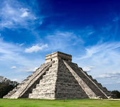Mayan pyramid in Chichen-Itza, Mexico — Foto de Stock