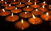 зажженные свечи в тибетский буддийский храм — Стоковое фото
