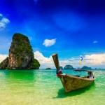 bote de cola larga en la playa — Foto de Stock