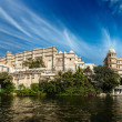 Udaipur City Palace and Lake Pichola — Stock Photo