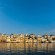 Udaipur houses and ghats on lake Pichola — Stock Photo