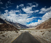 Road in Himalayan landscape in Nubra valley — Stock Photo