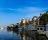 Udaipur City Palace and Lake Pichola — Stock Photo