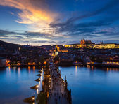 Night view of Prague castle and Charles Bridge over Vltava river — Foto de Stock