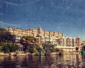 City Palace view from the lake. Udaipur, Rajasthan, India — Stock Photo