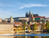 View of Mala Strana and  Prague castle over Vltava river — Stockfoto