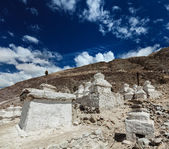 Chortens (Tibetan Buddhism stupas) in Himalayas — Stock Photo