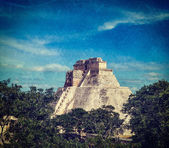Mayan pyramid (Pyramid of the Magician, Adivino) in Uxmal, Mexico — Stock Photo