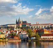 View of Mala Strana and  Prague castle over Vltava river — Foto de Stock