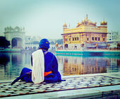 Unidentifiable Seekh Nihang warrior meditating at Sikh temple Harmandir Sahib — Stock Photo