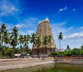 Gopura (tower) and temple tank of Lord Bhakthavatsaleswarar Temple — Stock Photo