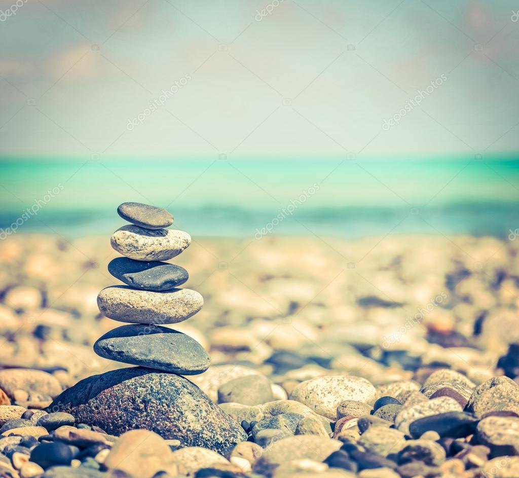 Pila de piedras equilibrado zen foto de stock for Fotos piedras zen